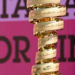 """img src=""""https://www.momentidisport.com/wp-content/uploads/2018/05/2012_Giro_di_italia_cup.jpg"""" alt=""""Il Trofeo Senza Fine""""/>"""